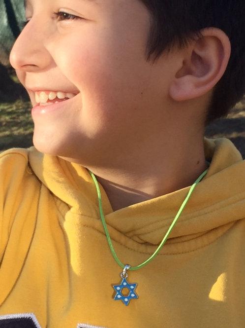 Colar de Estrela de David azul prateado.