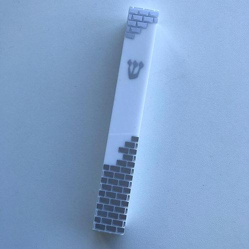 Mezuza de plástico branca com detalhes  prateado.
