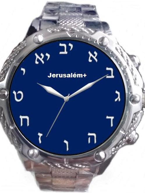 Relógio com alfabeto hebraico.