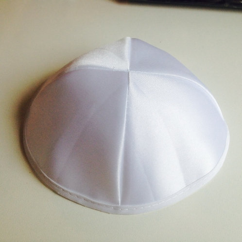 Kipa de cetim branco.  Diametro 20 cm