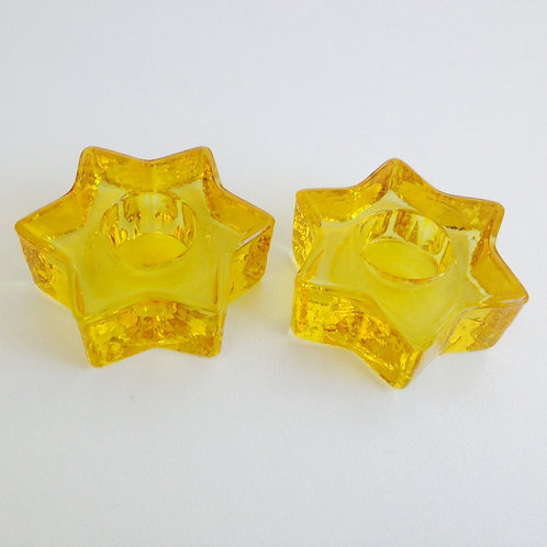 Porta velas formato estrela amarelo de vidro.