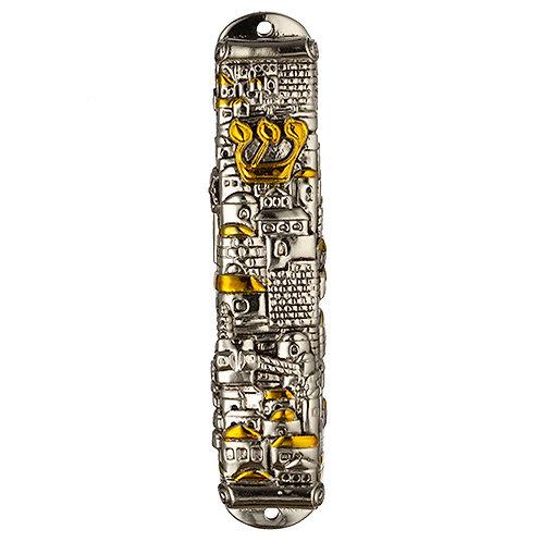 Mezuza de metal com detalhes dourado.