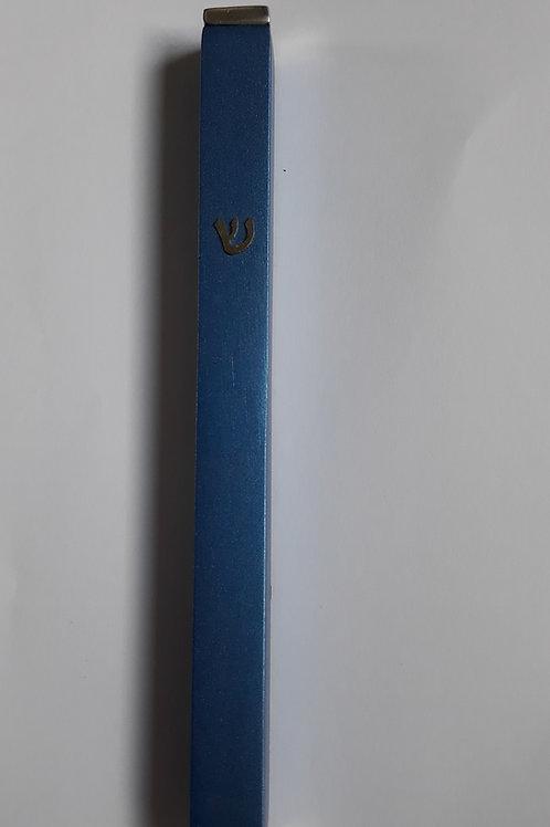 Mezuza de metal azul.