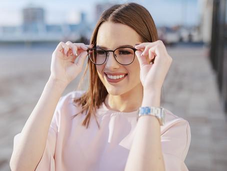 A los hombres les encanta ver a una mujer con anteojos, según estudio👩🏻🏫😍