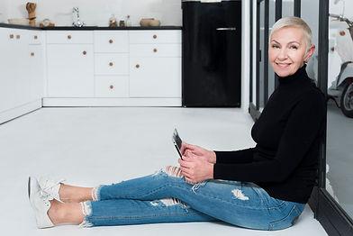 side-view-elder-woman-posing-kitchen-hol
