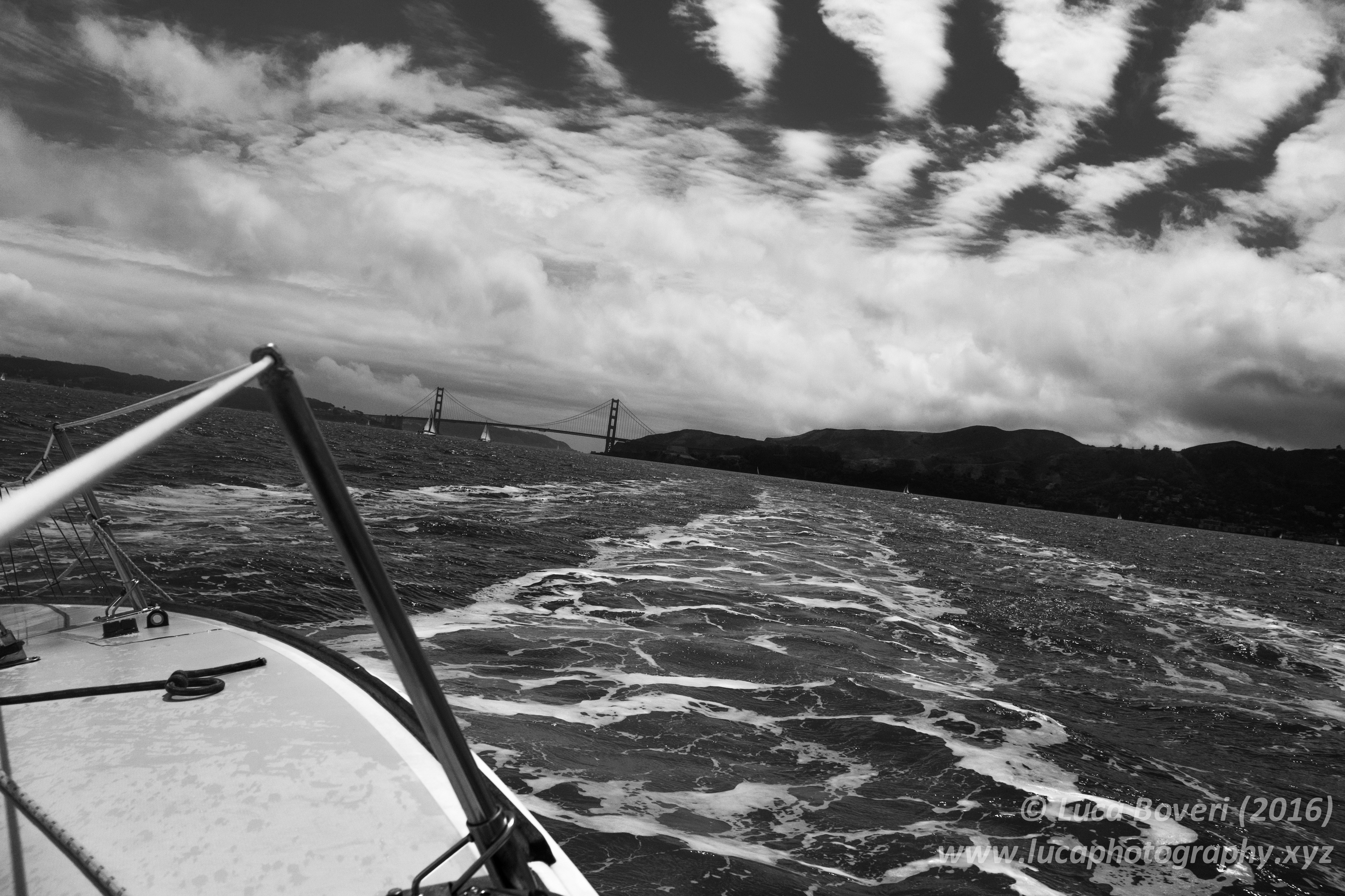 Sailing by the bridge. @lucaboveri