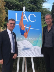 Philippe Thorens, conseiller administratif de la commune de Collonge-Bellerive devant l'affiche officielle du Festival du LÀC dessinée par Zep