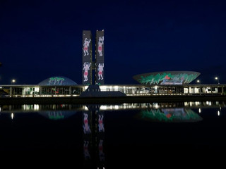 Frente Parlamentar projetam mensagens nas torres do Congresso Nacional