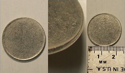 Planchette de 25 cents Canadien non frappée   C'est une planchette de 25 cents non frappée. En observant le contour de la pièce, notez que le listel y est présent, ce qui estl'indication d'une planchette de TYPE II. En l'absence de listel, nous aurions une planchette de TYPE I.   La planchette a été analisée pour connaitre sa composition.Elle est composée à 99.93% de nickel, à 0.09% cobalt et à 0.19% fer. Elle pèse 5.1 grams. Ceci correspond au 25 cents canadien en circulation durant la période 1968 à 1995.  Nous estimons la valeur de cette pièce à $40.  Pour en voir et en connaître plus, venez nous visiter!    Canadian blank 25 cent planchet   It is a blank 25 cent planchet that went through without being struck by the minting press. We call this a blank planchet. If you look closely at the pictures you will see that the planchet has a rim. This makes it a TYPE II planchet, If it did not have a rim, it would be a TYPE I planchet.  The planchet has been tested fo