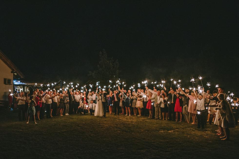 Sparkler Exit czyli zimne ognie na weselu Ani i Marcina | Ziubiakowa Karczma
