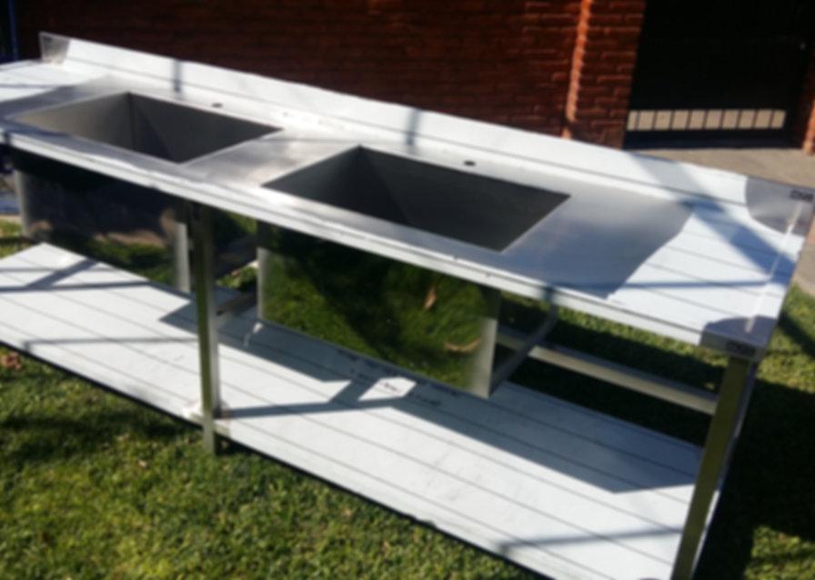 Mesada de acero inoxidable para gastronomía universidad de Moreno con dos bachas industriales de 700x500x400mm acero aisi 430 - 1.2mm calibre con estante inferior
