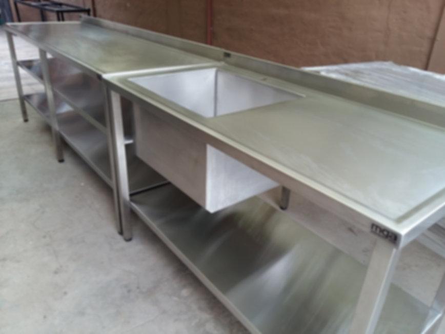 Combo de mesas para cocinas de hoteles o negocios de gastronomia con estante inferior