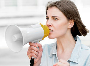 retrato-de-manifestante-falando-no-megaf