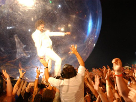 KIDS ON DRUGS! PARENTS ON FIRE! GIANT BALLOON ON OUR HEADS: WHAT ELSE BUT A FLAMING LIPS WINDBACK WE