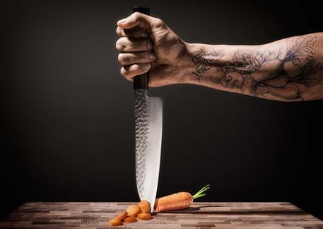 Hand met mes en groente tatoeage