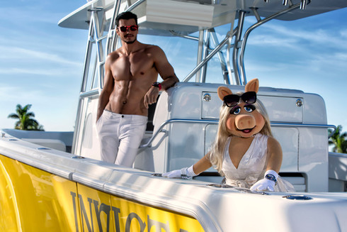 Miss Piggy muppets op speedboot. Invicta