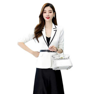 Blazer blanc et sa jupe noire
