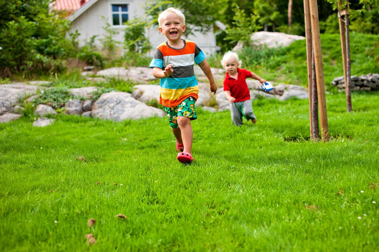 Miljocenter - 2 boys on the yard 5676x37