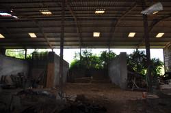 Une vue de l'intérieur du hangar...