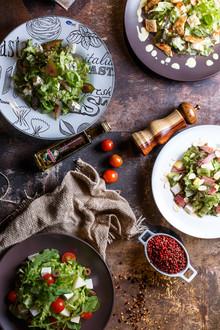 salada de folhas, decorado com pimenta, tomate e queijo.