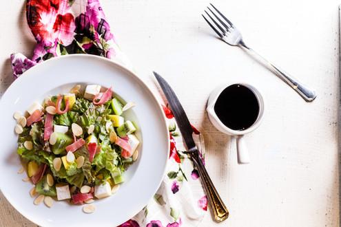 salada verde com presunto, queijo e pimentão. Ao lado molho vinagrete.
