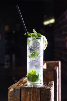 Confeitaria. Mojito, drink no copo com canudo.