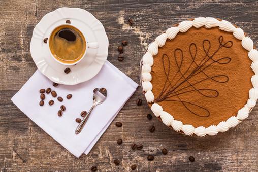 Confeitaria. Torta de café decorado com xícara de café e grãos de café.