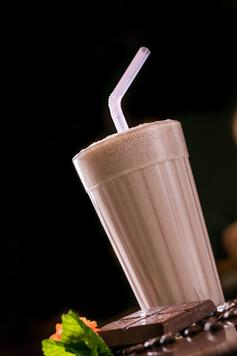 Confeitaria. Milkshake de chocolate com barra de chocolate.