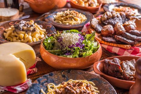 Culinária típica italiana. Salada, queijo de forma, picanha, massas, espaguete, penne.