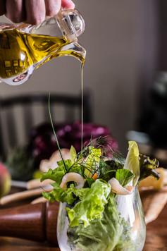 Alta Gastronomia. Fio de azeite sendo derramado na salada.