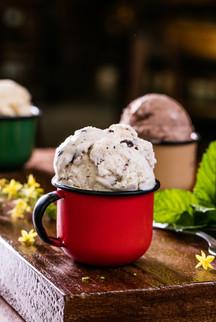Confeitaria. Canecas esmaltadas com sorvete.