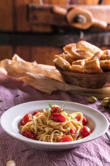 Prato de massa spaghetti com manjericão, tomate, quieijo parmesão, pão colonial.