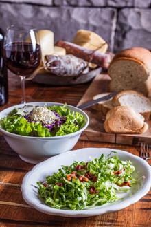 salada verde, pão colonial, taça de vinho.
