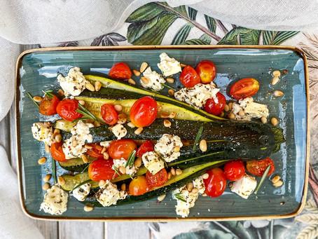 zucchini-fächer mit tomaten und feta