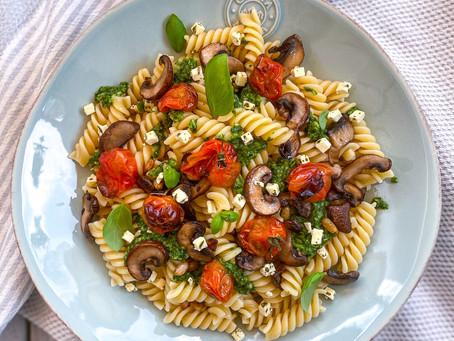 pesto pasta mit tomate-pilz-gemüse