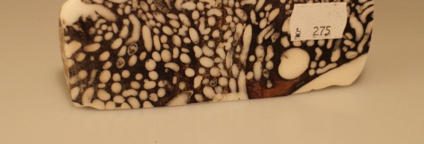 Stabiliseret sort træ med huller i, hvid