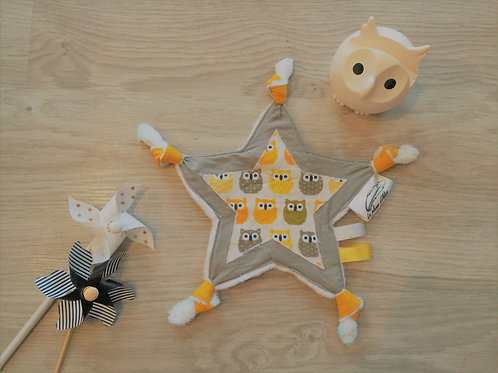 Doudou étiquette avec noeuds hiboux jaune