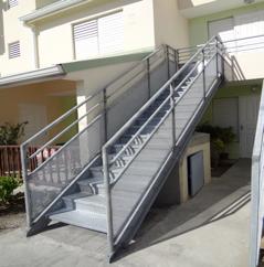 Escalier métallique simple gris KMP sas