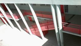 Escalier métallique simple rouge