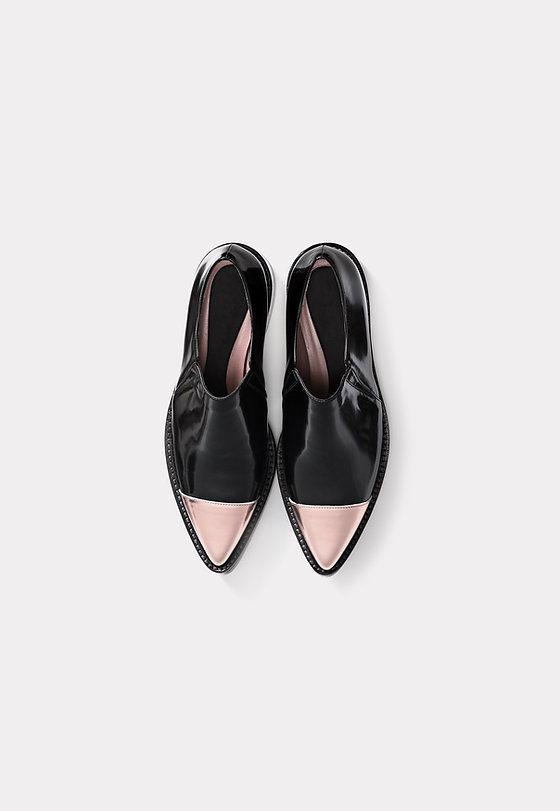 Negro y rosa puntiagudos zapatos