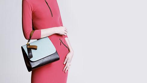 vestido vermelho e bolsa