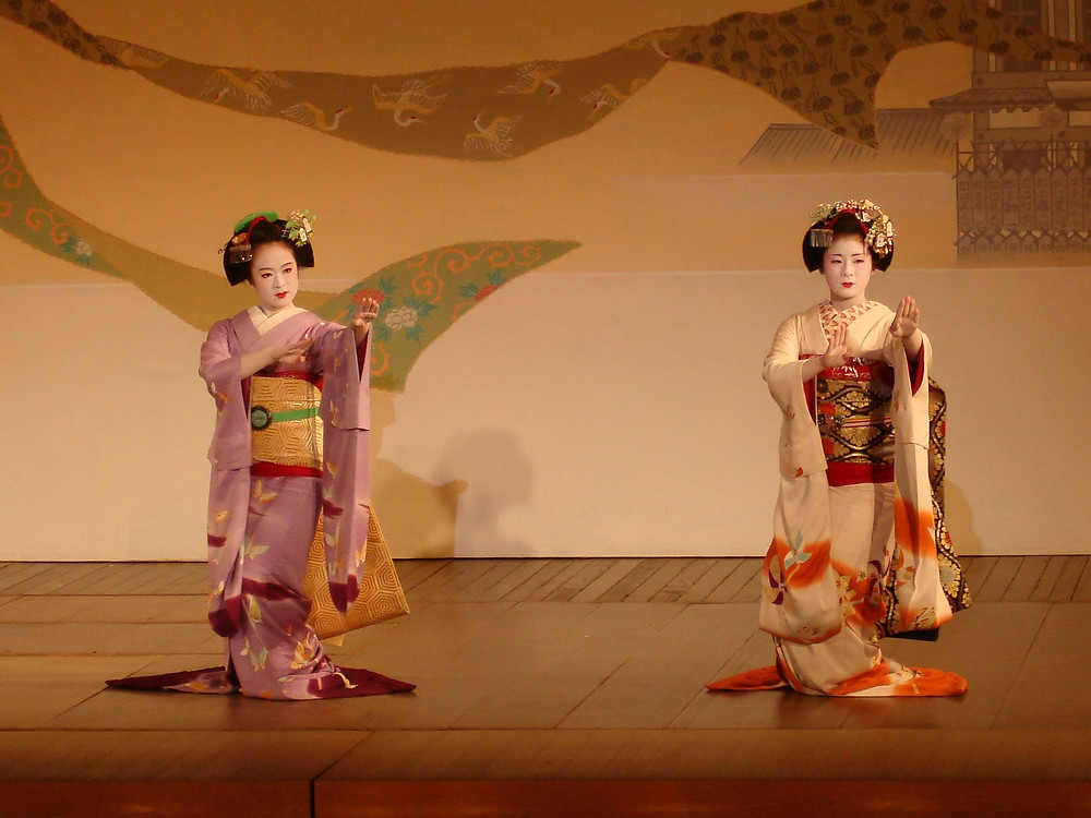 A geaisha performance in Niigata's famous Furumachi District