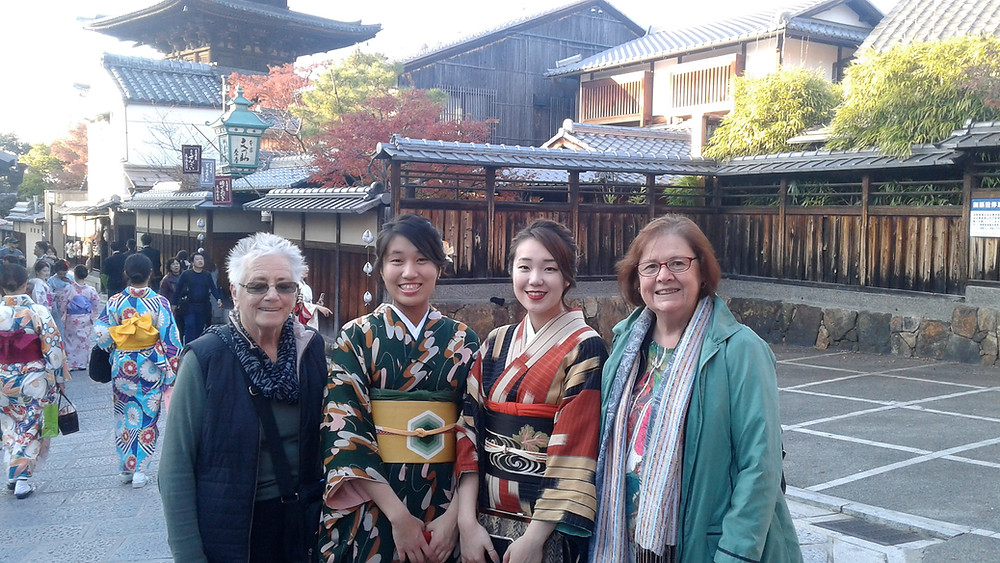 Customers with girls wearing kimono in Kyoto (Shades of Autumn Tour 2017)