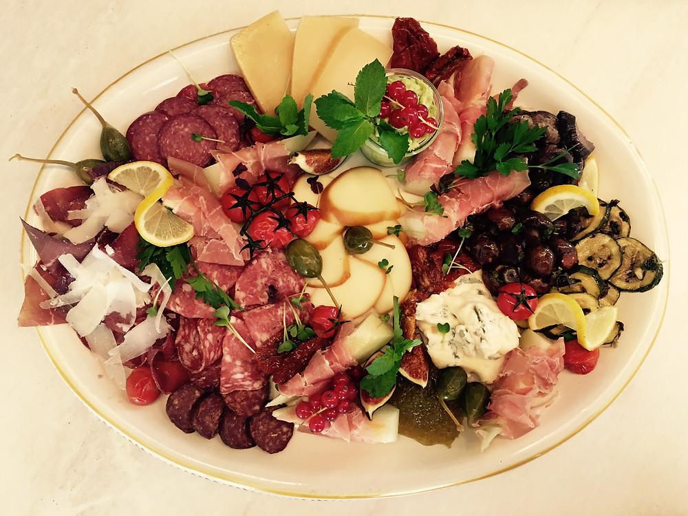Büffelmozzarella mit frischer Feige und Parmaschinken
