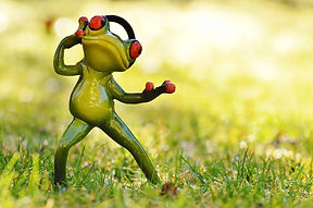 meadow-fig-music-frog-headphones-wallpap