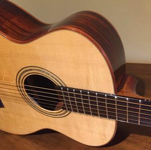 Chitarra baritona Aldo Illotta, Abete/Cocobolo, diapason 700 mm. Amplificata Schertler Bluestick, una chitarra meravigliosa.
