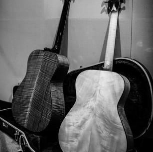 Chatelier Guitars. Quella a sinistra è la Chatelier in Cedro/Curly Walnut, la chitarra che uso principalmente. Ha un timbro definito, grande dinamica e volume. Quella di destra è una chitarra che non ho più, Abete/Acero Francese, il suono di 'Sequeri'.