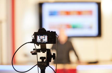 """Talks und Workshops live über YouTube aus dem """"Studio"""" bei EMB Leuchten GmbH in Bückeburg."""