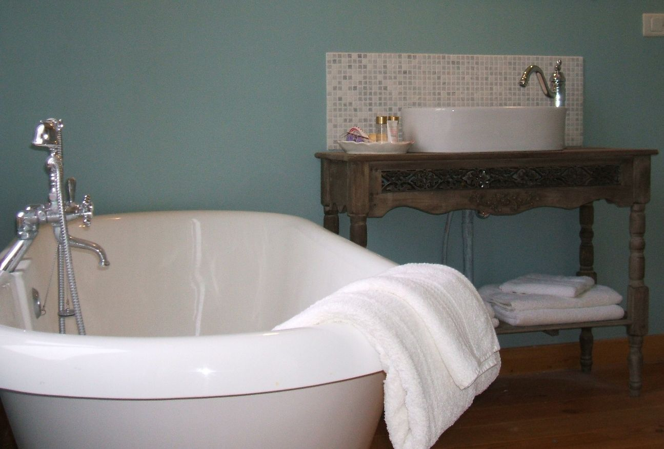 Bath and washbasin.JPG
