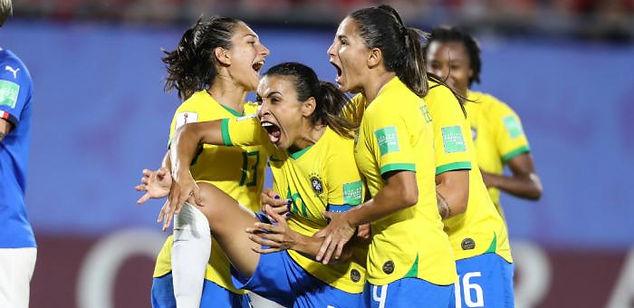 Brasil comemora gol contra Italia.jpg